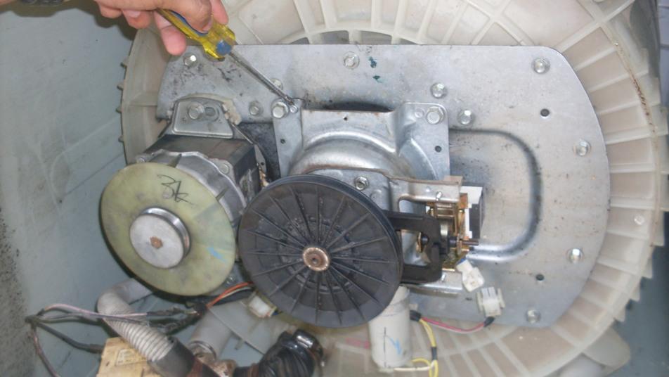 Como bajar la trasmision de una lavadora centrales mod4632 for Como reparar una lavadora