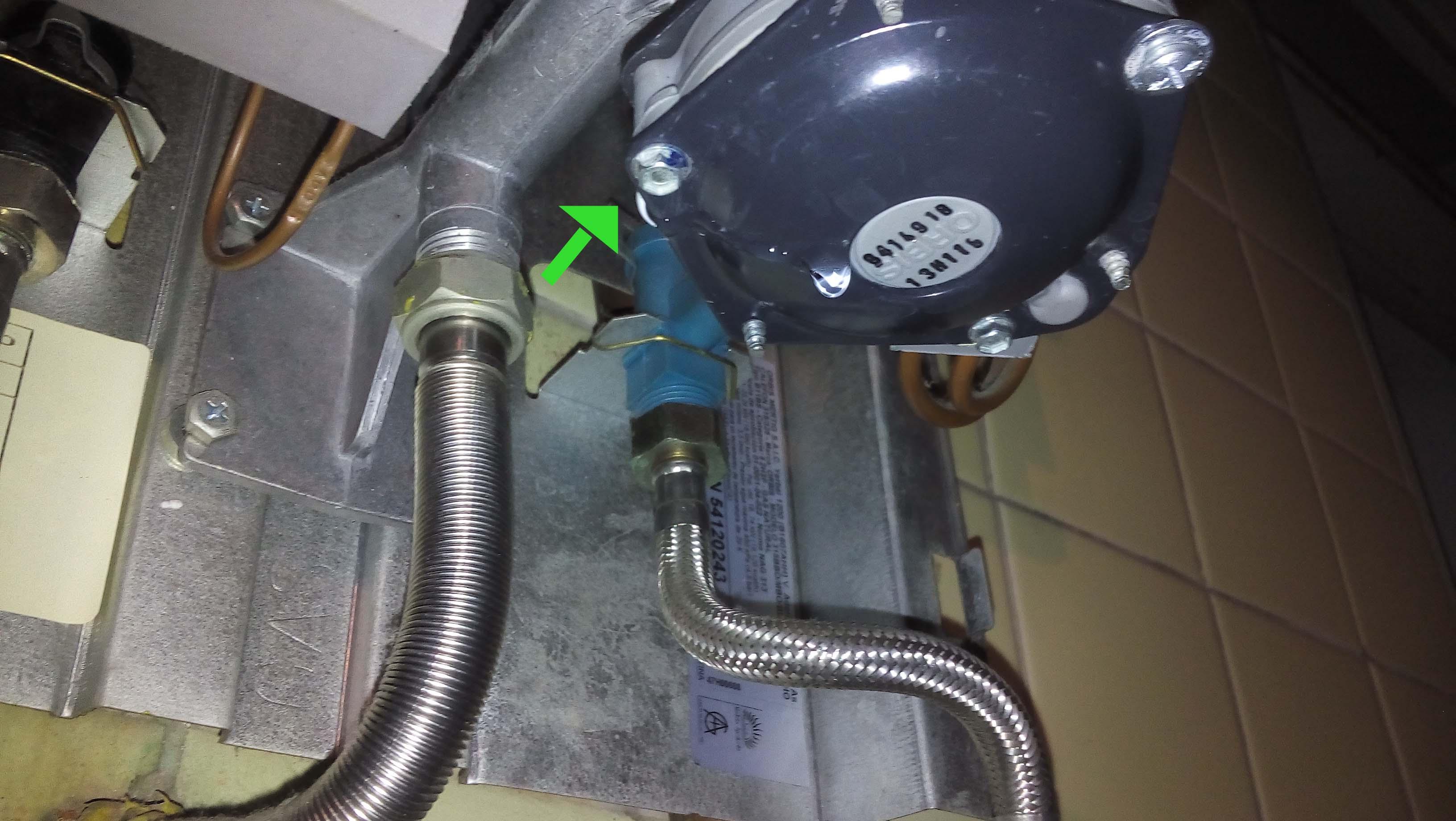 El pierde agua interesting ms de millones de litros de for Como cambiar la bomba del inodoro